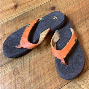 Sanuk thong flip flops with orange strap Size 9